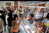 Pengunjung memilih kerajinan perhiasan saat pameran produk Usaha Mikro Kecil dan Menengah (UMKM) dalam rangkaian Pesta Kesenian Bali (PKB) 2019 di Taman Budaya Bali, Denpasar, Bali, Senin (1/7/2019). Selain menampilkan berbagai jenis pertunjukan kesenian dan budaya dari berbagai daerah, Pesta Kesenian Bali juga menampilkan produk-produk kerajinan dari sekitar 300 pelaku UMKM lokal sebagai upaya untuk mendorong promosi dan pemasaran produk. ANTARA FOTO/Fikri Yusuf/nym.