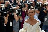 Celine Dion kenakan kalung Titanic di Paris Fashion Week