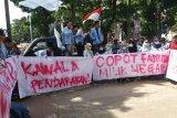 BEM UIN Raden Fatah orasi di pengadilan saat sidang Pemilu  Palembang
