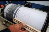 Petugas mengamati data rekam seismograf pemantau aktifitas letusan Gunung Anak Krakatau (GAK) di POS Pemantauan Gunung Anak Karakatau (GAK) Pandeglang, Banten, Jumat (5/7/2019). Berdasarkan data tersebut telah terjadi tiga kali letusan GAK sepanjang Jumat (5/7) ini dengan amplitudo gempa tremor mencapai 10 mm hingga semua warga pulau di dekat GAK diminta menjauh lebih dari dua kilometer dengan status waspada level dua. ANTARA FOTO/Muhammad Bagus Khoirunas/nym.