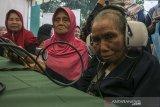 Warga lanjut usia memeriksa kesehatan saat mengikuti Peringatan Hari Lanjut Usia Nasional 2019 di Monumen Perjuangan Rakyat Jawa Barat, Bandung, Jawa Barat, Selasa (9/7/2019). Kegiatan tersebut sebagai bentuk peran aktif dan sosialisasi kepada masyarakat Indonesia agar lebih berpartisipasi dalam mewujudkan lanjut usia yang mandiri, tidak bergantung kepada orang lain dan  menjadi teladan untuk menjunjung tinggi martabat para lanjut usia. ANTARA JABAR/Novrian Arbi/agr