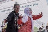 Warga lanjut usia menunjukkan kreativitas diri saat mengikuti Peringatan Hari Lanjut Usia Nasional 2019 di Monumen Perjuangan Rakyat Jawa Barat, Bandung, Jawa Barat, Selasa (9/7/2019). Kegiatan tersebut sebagai bentuk peran aktif dan sosialisasi kepada masyarakat Indonesia agar lebih berpartisipasi dalam mewujudkan lanjut usia yang mandiri, tidak bergantung kepada orang lain dan  menjadi teladan untuk menjunjung tinggi martabat para lanjut usia. ANTARA JABAR/Novrian Arbi/agr