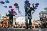 Peserta menunjukkan kreativitas diri saat karnaval acara Puncak Peringatan Hari Lanjut Usia Nasional 2019 di Monumen Perjuangan Rakyat Jawa Barat, Bandung, Jawa Barat, Rabu (10/7/2019). Kegiatan karnaval tersebut bertujuan untuk tetap menjaga semangat masyarakat yang telah lanjut usia dalam menjadi teladan bagi generasi muda sekaligus bentuk program para lanjut usai agar bisa tetap bahagia dan menikmati  hidup. ANTARA JABAR/Novrian Arbi/agr