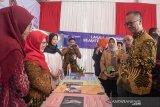 Menteri Sosial RI Agus Gumiwang Kartasasmita (kanan) berbincang dengan peserta pameran Strategi Nasional Kelanjutusiaan pada acara Puncak Peringatan Hari Lanjut Usia Nasional 2019 di Monumen Perjuangan Rakyat Jawa Barat, Bandung, Jawa Barat, Rabu (10/7/2019). Provinsi Jawa Barat menjadi tuan rumah peringatan ke-23 Hari Lanjut Usia Nasional (HLUN) 2019 dengan tema Lanjut Usia Mandiri, Sejahtera dan Bermartabat. ANTARA JABAR/Novrian Arbi/agr