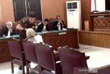 Hakim tegur Ratna gunakan tasbih saat sidang