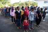 Puluhan Pekerja Migran Indonesia (PMI) berbaris untuk menjalani pendataan oleh BP3TKI setibanya di Dinas Sosial Provinsi Kalbar di Pontianak, Kalimantan Barat, Rabu (10/7/2019). BP3TKI Pontianak mencatat terdapat 80 PMI yang dipulangkan Pemerintah Malaysia melalui Pos Lintas Batas Negara (PLBN) Entikong, Kabupaten Sanggau karena bermasalah dengan masa berlaku passport dan cop serta dokumen ketenagakerjaan yang tidak lengkap. ANTARA FOTO/Reza Novriandi/jhwANTARA FOTO/REZA NOVRIANDI (ANTARA FOTO/REZA NOVRIANDI)