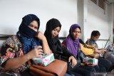 Sejumlah Pekerja Migran Indonesia (PMI) menunggu giliran pendataan oleh BP3TKI di Dinas Sosial Provinsi Kalbar di Pontianak, Kalimantan Barat, Rabu (10/7/2019). BP3TKI Pontianak mencatat terdapat 80 PMI yang dipulangkan Pemerintah Malaysia melalui Pos Lintas Batas Negara (PLBN) Entikong, Kabupaten Sanggau karena bermasalah dengan masa berlaku passport dan cop serta dokumen ketenagakerjaan yang tidak lengkap. ANTARA FOTO/Reza Novriandi/jhwANTARA FOTO/REZA NOVRIANDI (ANTARA FOTO/REZA NOVRIANDI)