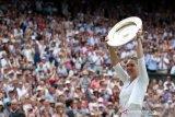 Halep memamerkan trofi Wimbledon di depan khalayak umum