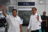 Presiden Joko Widodo (kedua kanan) dan Ketua Umum Partai Gerindra Prabowo Subianto (kiri) melambaikan tangannya saat tiba di Stasiun MRT Lebak Bulus, Jakarta, Sabtu (13/7/2019). Kedua kontestan dalam Pemilihan Umum Presiden dan Wakil Presiden tahun 2019 lalu ini bertemu di Stasiun MRT Lebak Bulus dan selanjutnya naik MRT bersama-sama. ANTARA FOTO/Wahyu Putro A/nym.