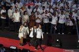 Seorang perempuan cukur plontos rambutnya, wujud syukur Jokowi terpilih