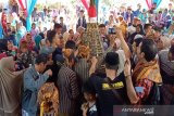 Ratusan warga saling rebutan gunungan seribu lepet