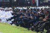 Sejumlah perwira yang baru dilantik Presiden Joko Widodo melakukan selebrasi dalam acara Prasetya Perwira TNI-Polri di Halaman Istana Merdeka, Jakarta, Selasa (16/7/2019). Presiden Joko Widodo melantik 781 perwira TNI-Polri yang terdiri atas 259 perwira TNI AD, 117 perwira TNI AL, 99 perwira TNI AU dan 306 perwira Polri. ANTARA FOTO/Akbar Nugroho Gumay/aww.
