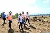 Menteri BUMN Rini Soemarno (ketiga kiri) didampingi Direktur Utama PT INKA Budi Noviantoro (kedua kanan) dan beberapa Deputi BUMN meninjau progres Pembangunan Workshop PT INKA (persero) di Kalipuro, Banyuwangi, Jawa Timur, Rabu (17/7/2019). Peninjauan progres Pembangunan Workshop PT INKA di Banyuwangi yang menempati lahan seluas 83,49 hektar dengan nilai investasi sebesar Rp1,6 triliun itu, nantinya digunakan untuk pengembangan kapasitas produksi PT INKA (persero) sebagai satu-satunya manufaktur sarana perkeretaapian di Asia Tenggara. Antara Jatim/Budi Candra Setya/zk.