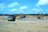 Alat berat beroperasi menyelesaikan progres Pembangunan Workshop PT INKA (persero) di Kalipuro, Banyuwangi, Jawa Timur, Rabu (17/7/2019). Progres Pembangunan Workshop PT INKA di Banyuwangi yang menempati lahan seluas 83,49 hektar dengan nilai investasi sebesar Rp1,6 triliun itu, nantinya digunakan untuk pengembangan kapasitas produksi PT INKA (persero) sebagai satu-satunya manufaktur sarana perkeretaapian di Asia Tenggara. Antara Jatim/Budi Candra Setya/zk.