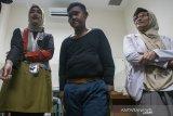 Pasien eks penderita obesitas Arya Permana (tengah) didampingi Dokter Spesialis Anak dan Gizi Anak bersiap melakukan pemeriksaan awal di RSUP Hasan Sadikin, Bandung, Jawa Barat, Rabu (17/7/2019). Arya Permana yang telah berhasil menurunkan berat badan dari 190 kg menjadi 85 kg tersebut dijadwalkan akan menjalani operasi bedah plastik untuk menghilangkan gelambir atau lipatan kulit pada 24 juli mendatang. ANTARA JABAR/Novrian Arbi/agr