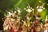 Sejumlah anggota Spirit of The Hornbill asal Palangka Raya, Kalimantan Tengah menari di acara penutupan Rainforest World Music Festival (RWMF) 2019 di Kampung Budaya, Sarawak, Malaysia, Minggu (14/7/2019) malam. RWMF 2019 yang rutin digelar Sarawak Tourism Board setiap tahun tersebut melibatkan 29 kelompok musik dan tari terpilih dari sejumlah negara yaitu antara lain Indonesia, Malaysia, Estonia, Skotlandia, Spanyol, Bhutan dan Rusia. ANTARA FOTO/Jessica Helena Wuysang/foc.