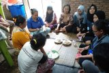 Pelatihan keripik mengkudu oleh mahasiswa kkn unila