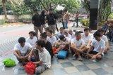Polisi melakukaan pendataan sejumlah tersangka kasus kerusuhan saat penyerahan tersangka dan barang bukti (tahap II) kasus kerusuhan 21-22 Mei di Polda Metrojaya, Jakarta, Jumat (19/7/2019). Krimum Polda Metrojaya telah melimpahkan 334 tersangka kerusuhan 21-22 Mei kepada kejaksaan dan berkas lengkap (P-21) serta siap menjalani persidangan. ANTARA FOTO/Reno Esnir/nym.