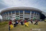 Relawan membersihkan halaman saat aksi bersih-bersih Stadion Gelora Bandung Lautan Api (GBLA) di Gedebage, Bandung, Jawa Barat, Sabtu (20/7/2019). Aksi bersih-bersih Stadion GBLA yang diikuti oleh Dispora Kota Bandung, TNI, Polri, POL PP, PMI, Dinas Pemadam Kebakaran serta 24 komunitas di Bandung tersebut ditujukan untuk merawat Stadion GBLA setelah sebelumnya foto kerusakan beberapa bagian stadion viral di media sosial. ANTARA JABAR/Raisan Al Farisi/agr