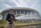 Seorang petugas pemadam kebakaran membersihkan halaman saat aksi bersih-bersih Stadion Gelora Bandung Lautan Api (GBLA) di Gedebage, Bandung, Jawa Barat, Sabtu (20/7/2019). Aksi bersih-bersih Stadion GBLA yang diikuti oleh Dispora Kota Bandung, TNI, Polri, POL PP, PMI, Dinas Pemadam Kebakaran serta 24 komunitas di Bandung tersebut ditujukan untuk merawat Stadion GBLA setelah sebelumnya foto kerusakan beberapa bagian stadion viral di media sosial. ANTARA JABAR/Raisan Al Farisi/agr