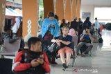Sejumlah wisatawan yang batal berangkat tujuan Pulau Sabang dan Pulau Aceh, berada di ruangan tunggu terminal pelabuhan Ulee Lheue, Banda Aceh, Aceh, Sabtu (20/7/2019). Pihak PT Angkutan Sungai Danau dan Penyeberangan (ASDP) di daerah itu menghentikan pelayaran penyeberangan kapal KMP Pupuyu dan KMP Tanjung Burang rute Banda Aceh-Pulau Aceh dan Pulau Sabang, Aceh, menyusul cuaca buruk di serta gelombang setinggi 2,5 hingga 4 meter. (Antara Aceh/Ampelsa)