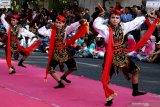 Sejumlah penari menampilkan tari Remo saat Gebyar Tari Remo dan Festival Yosakoi di Jalan Tunjungan, Surabaya, Jawa Timur, Sabtu (20/7/2019). Kegiatan tersebut merupakan bagian dari Surabaya Cross Culture International Folk Art Festival. Antara Jatim/Didik Suhartono/ZK