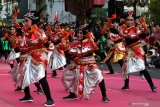 Sejumlah penari menampilkan tari Yosakoi saat Gebyar Tari Remo dan Festival Yosakoi di Jalan Tunjungan, Surabaya, Jawa Timur, Sabtu (20/7/2019). Kegiatan tersebut merupakan bagian dari Surabaya Cross Culture International Folk Art Festival. Antara Jatim/Didik Suhartono/ZK