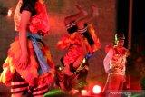 Sejumlah pelajar mementaskan tari Bujang Ganong pada pertunjukan kolaborasi seni tradisional dengan modern bertajuk 'Gulo Klopo Merah Putih' di Memorial Park Kota Kediri, Jawa Timur, Sabtu (20/7/2019) malam. Pertujukan yang melibatkan sejumlah seniman dan pelajar tersebut guna menumbuhkan rasa nasionalisme dalam bhineka tunggal ika. Antara Jatim/Prasetia Fauzani/zk