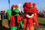 Barongsai tampil bersama maskot penyu pada acara ritual Fang Sheng di Pantai Ketapang, Banyuwangi, Jawa Timur, Minggu (21/72019). Ritual Fang Sheng merupakan ajaran umat Budha dalam menjaga pelestarian mahluk hidup yang terancam punah untuk dikembalikan ke habitatnya, yang pada ritual tersebut telah melepaskan 1.250 ekor tukik. Antara Jatim/Budi Candra Setya/zk.