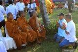 Umat Budha berdoa saat menggelar ritual Fang Sheng di Pantai Ketapang, Banyuwangi, Jawa Timur, Minggu (21/72019). Ritual Fang Sheng merupakan ajaran umat Budha dalam menjaga pelestarian mahluk hidup yang terancam punah untuk dikembalikan ke habitatnya, yang pada ritual tersebut telah melepaskan 1.250 ekor tukik. Antara Jatim/Budi Candra Setya/zk.