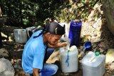 KESULITAN AIR BERSIH. Warga mengambil air dari dasar sumur yang mengering di Kali Watu Lawang, Gerem, Grogol, Cilegon, Sabtu (29/6/2019). Warga setempat kesulitan untuk mendapat air bersih setelah sumur di 3 kampung yakni Watu Lawang, Pasir Salam, serta Porod Lampung mengering akibat kemarau dan belum mendapat bantuan dari Pemerintah Daerah. ANTARA FOTO/Asep Fathulrahman/ANTARA FOTO/ASEP FATHULRAHMAN (ANTARA FOTO/ASEP FATHULRAHMAN)