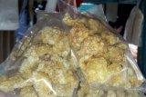 Kerupuk dan sosis mengandung daging babi dijual bebas di Singkawang
