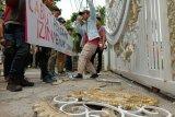 Massa mengatasnamakan Gerakan Mahasiswa Kristen Indonesia (GMKI) berunjuk rasa di depan kantor Gubernur Sumatera Utara, di Medan, Jumat (26/7). Mereka mendesak pemerintah mencabut izin perusahaan yang diduga merusak Danau Toba. Akibat unjuk rasa tersebut pagar Kantor Gubernur rusak. (Antara Sumut/Irsan Mulyadi)