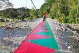 Jembatan gantung Desa Mendingin OKU memesona dengan cat warna-warni