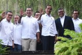 Presiden terpilih periode 2019-2024 Joko Widodo (ketiga kanan) berfoto dengan sejumlah petinggi Tim Kampanye Nasional sebelum pertemuan di Jakarta, Jumat (26/7/2019). Agenda pertemuan membahas pembubaran TKN. ANTARA FOTO/Akbar Nugroho Gumay/nym.