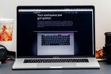 Jangan lupa lepas penutup kamera MacBook