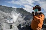 Belasan wisata alami sesak nafas akibat erupsi Gunung Tangkuban Parah
