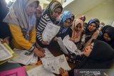 Warga mengantre membuat Kartu Identitas Anak (KIA) pada Gerakan Indonesia Sadar Administrasi Kependudukan (Gisa) di Setda Kabupaten Tasikmalaya, Jawa Barat, Jumat (26/7/2019). Dinas Kependudukan dan Pencatatan Sipil (Disdukcapil) Kabupaten Tasikmalaya membuka layanan pendaftaran pertama sebanyak 400 orang dan ditargetkan akan mencetak KIA sebanyak 4.000 orang se-Kabupaten Tasikmalaya pada tahun 2019. ANTARA JABAR/Adeng Bustomi/agr