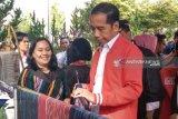 Jokowi beli jaket tenun ulos Sibolang Rasta