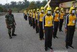 Calon anggota Paskibraka Riau berlatih di tengah kabut asap