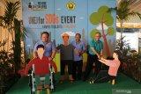 Menteri PPN/Kepala Bappenas Bambang Brodjonegoro (kiri) didampingi Rektor Universitas Jember (UNEJ) Moh Hasan (tengah) dan Direktur Pasca Sarjana UNEJ Rudi Wibowo (kanan) berfoto bersama di Universitas Jember, Jawa Timur, Rabu (31/7/2019). Kunjungan Menteri PPN/Kepala Bappenas itu untuk meninjau program perguruan tinggi di pengembangan Sustainable Development Goals (SDGs) yang didukung oleh Indonesia Climate Change Trust Fund (ICCTF) dan Bappenas seperti sektor pertanian, pengembangan lahan berbasis lingkungan dan bioteknologi yang dikembangkan UNEJ. Antara Jatim/Seno/zk.