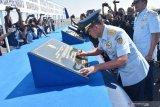 Kepala Staf Angkatan Udara (KSAU) Marsekal TNI Yuyu Sutisna menandatangani prasasti saat peresmian Depo Pemeliharaan (Depohar) 80 serta tujuh Satuan Pemeliharaan (Sathar) di Lanud Iswahjudi Magetan, Jawa Timur, Rabu (31/7/2019). Menurut KSAU Yuyu Sutisna, peresmian Depohar 80 serta Sathar 24, 43, 54, 55, 81, 82, 83 merupakan implementasi kebijakan TNI Angkatan Udara untuk lebih mengefektifkan kemampuan dan fasilitas pemeliharaan alat utama sistem persenjataan (alutsista) dan peralatan penerbangan guna menunjang kelancaran tugas TNI Angkatan Udara. Antara Jatim/Siswowidodo/zk.