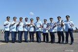Kepala Staf Angkatan Udara (KSAU) Marsekal TNI Yuyu Sutisna (kelima kiri) melakukan salam komando bersama Komandan Komando Pemeliharaan Materiil TNI AU, Marsda TNI Dento Priyono (kelima kanan), Komandan Depo Pemeliharaan (Depohar) 80 Kolonel Tek Iwan Djumaeri (keempat kiri) serta para komandan Satuan Pemeliharaan (Sathar) seusai peresmian Depo Pemeliharaan (Depohar) 80 serta tujuh Satuan Pemeliharaan (Sathar) di Lanud Iswahjudi Magetan, Jawa Timur, Rabu (31/7/2019). Menurut KSAU Yuyu Sutisna, peresmian Depohar 80 serta Sathar 24, 43, 54, 55, 81, 82, 83 merupakan implementasi kebijakan TNI Angkatan Udara untuk lebih mengefektifkan kemampuan dan fasilitas pemeliharaan alat utama sistem persenjataan (alutsista) dan peralatan penerbangan guna menunjang kelancaran tugas TNI Angkatan Udara. Antara Jatim/Siswowidodo/zk.