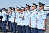 Kepala Staf Angkatan Udara (KSAU) Marsekal TNI Yuyu Sutisna (kiri) menyematkan tanda jabatan kepada Komandan Depo Pemeliharaan (Depohar) 80 Kolonel Tek Iwan Djumaeri (kedua kiri) saat peresmian Depohar 80 serta tujuh Satuan Pemeliharaan (Sathar) di Lanud Iswahjudi Magetan, Jawa Timur, Rabu (31/7/2019). Menurut KSAU Yuyu Sutisna, peresmian Depohar 80 serta Sathar 24, 43, 54, 55, 81, 82, 83 merupakan implementasi kebijakan TNI Angkatan Udara untuk lebih mengefektifkan kemampuan dan fasilitas pemeliharaan alat utama sistem persenjataan (alutsista) dan peralatan penerbangan guna menunjang kelancaran tugas TNI Angkatan Udara. Antara Jatim/Siswowidodo/zk.
