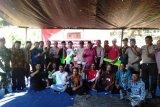 Warga Dusun Kencong di Lombok Utara menerima kunci rumah tahan gempa
