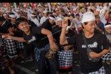 Umat Hindu saling melempar ketupat dalam tradisi perang ketupat di Desa Kerobokan, Badung, Bali, Kamis (1/8/2019). Tradisi Perang Ketupat tersebut diikuti sekitar 500 warga sebagai wujud syukur dan penolak bala. ANTARA FOTO/Nyoman Hendra Wibowo/nym