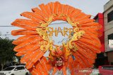 Model mengikuti karnaval sharp matsuri 2019 keliling kota di Banda Aceh, Aceh, Jumat (2/8/2019). Festival sharp matsuri yang digelar di pasar Aceh hingga 10 Agustus mendatang juga memperlombakan berbagai kegiatan diantaranya hafalan surat-surat Alquran dan membagi-bagikan hadiah serta souvenir kepada konsumen. (Antara Aceh / Irwansyah Putra)