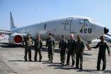 Penerbang TNI AL bersama personel US Navy seusai meninjau pesawat patroli maritim (MPA) P-8 Poseidon milik Angkatan Laut Amerika Serikat di Base Ops TNI Puspenerbal Juanda, Sidoarjo, Jawa Timur, Jumat (2/8/2019). Kedatangan pesawat P-8 Poseidon milik Angkatan Laut Amerika Serikat tersebut dalam rangka bagian dari pelaksanaan latihan bersama antara US Navy dengan TNI Angkatan Laut yang bertajuk Cooperation Afloat Readiness and Training (CARAT) 2019. Antara Jatim/Umarul Faruq/zk
