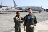 Kasi Ops Direktorat operasi Puspenerbal Mayor Laut (P) Tatang Yanuar (kiri) menyematkan badge kepada Letnan Jason Latchem (kanan) saat kedatangan pesawat patroli maritim (MPA) P-8 Poseidon milik Angkatan Laut Amerika Serikat di Base Ops TNI Puspenerbal Juanda, Sidoarjo, Jawa Timur, Jumat (2/8/2019). Kedatangan pesawat P-8 Poseidon milik Angkatan Laut Amerika Serikat tersebut dalam rangka bagian dari pelaksanaan latihan bersama antara US Navy dengan TNI Angkatan Laut yang bertajuk Cooperation Afloat Readiness and Training (CARAT) 2019. Antara Jatim/Umarul Faruq/zk