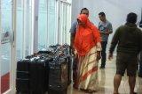 Sejumlah keluarga jamaah calon haji plus Travellindo mengantarkan koper ke kantor Travellindo Group di Banjarmasin, Kalimantan Selatan, Senin (5/8/2019) malam.Sebanyak 55 jamaah calon haji plus Travellindo yang sempat tertunda berangkat menuju tanah suci akan diberangkatkan Travellindo Tours & Travel pada Selasa (6/8/2019). (Antaranews Kalsel/Bayu Pratama S)